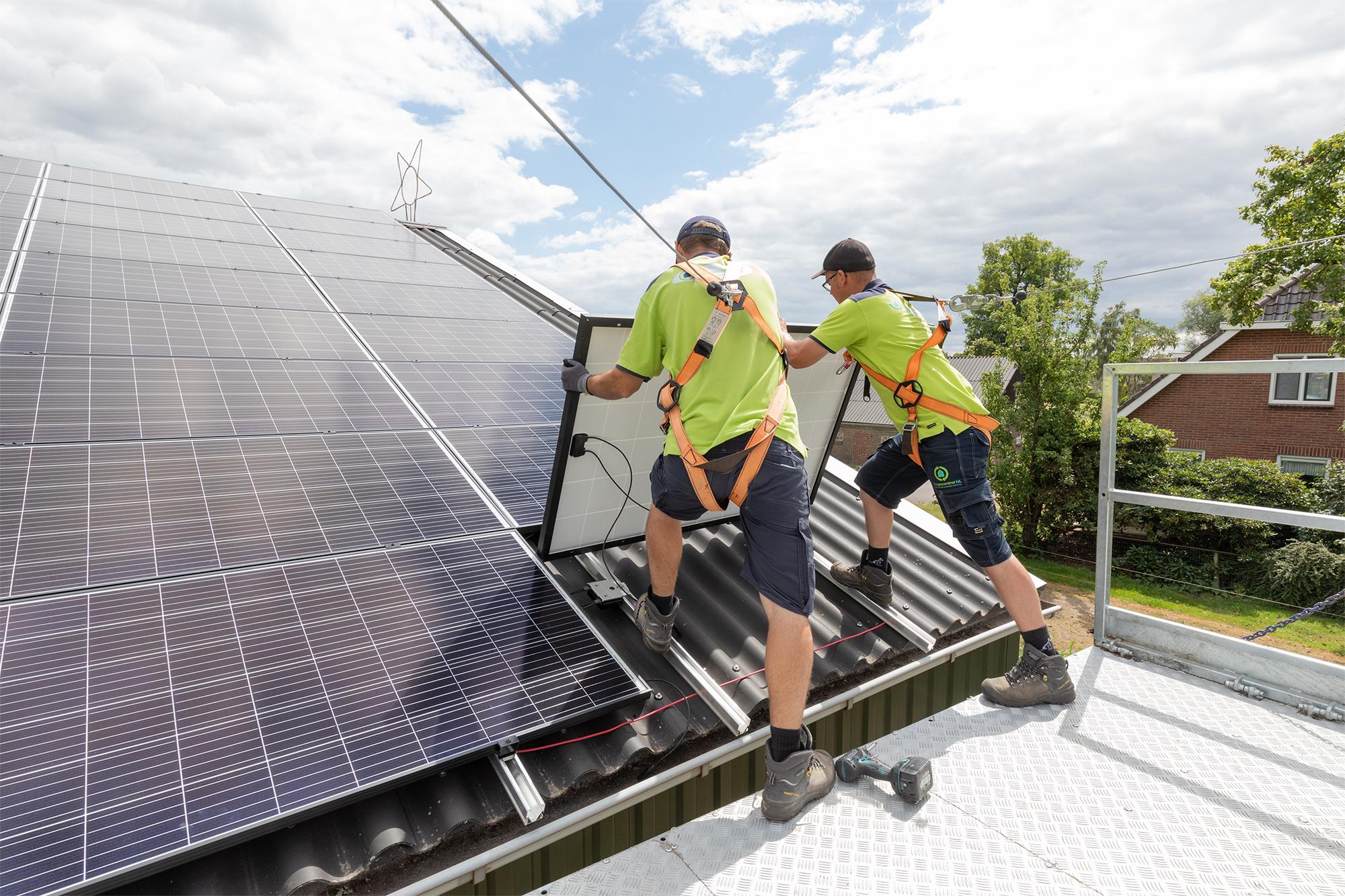 Zonnepanelen worden op een dak geïnstalleerd